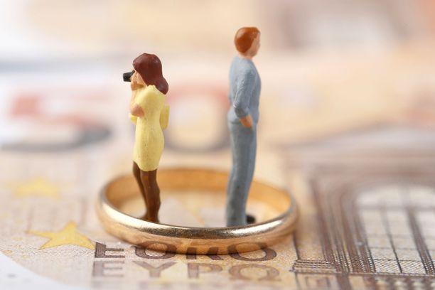 Älä anna raha-asioiden hajottaa parisuhdetta.