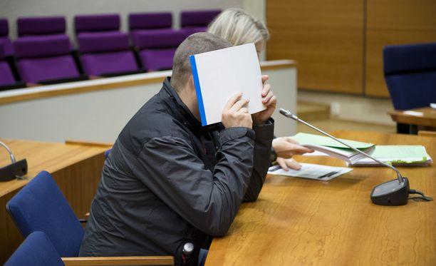 Syytetty peitti kasvonsa oikeudessa viime vuonna.