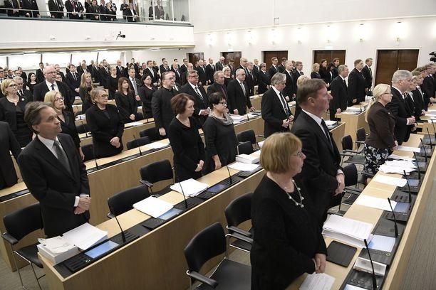 Kansanedustajat olivat pukeutuneet tiistaina mustaan.