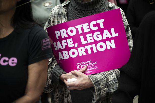 """Hollywoodissa mielenosoitukseen osallistuneen kyltti tiivistää monen kaduille lähteneen tunnot: """" Suojelkaa turvallista, laillista aborttia""""."""