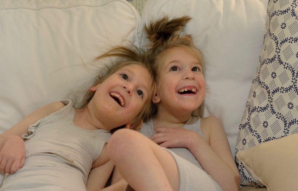 Elämä kaksostyttöjen Laran ja Lenan kanssa oli äidin mukaan tavallista lapsiperhearkea.