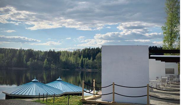 Järven rannalla sijaitsevan Lahnajärven paviljonkipukukopit on säilytetty.  Kuvassa myös uudistettu terassi.