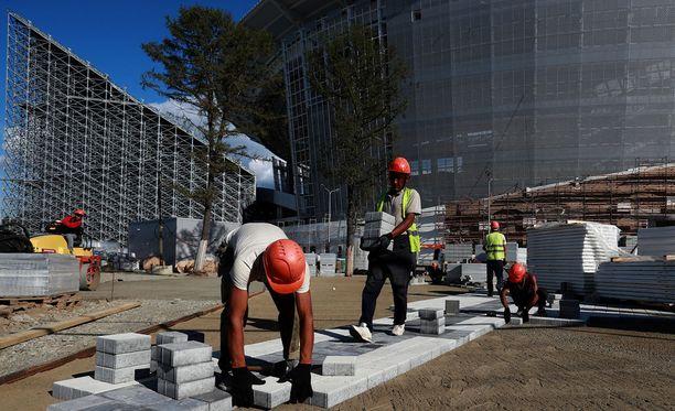 Rakennusmiehet ovat väkertäneet Suomen alasarjoistakin tutun putkikatsomorakenteen - joskin hieman suuremmassa mittakaavassa.