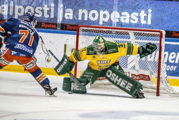 Kristian Kuusela upotti Tapparan avausmaalin Ilveksen veskarin Riku Heleniuksen längistä sisään perjantaina Tampereella.