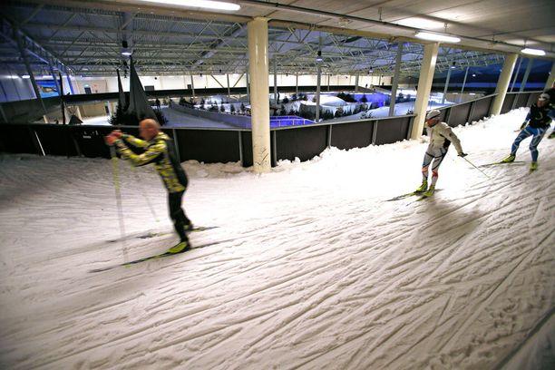 Hiihtäminen onnistuu ainakin Kivikon hiihtohallissa.