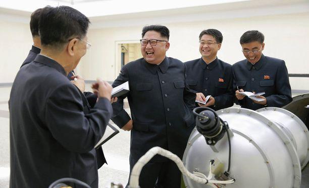 KCNA julkaisi viikonloppuna Kim Jong-unista kuvan tarkastelemassa laitetta, jota epäillään vetypommiksi.