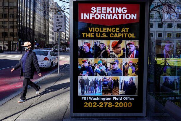 Keskusrikospoliisi FBI pyytää tietoja kongressin hyökkääjistä näyttävillä julisteilla Washingtonissa. Se kertoo saaneensa jo kymmeniä tuhansia vinkkejä.