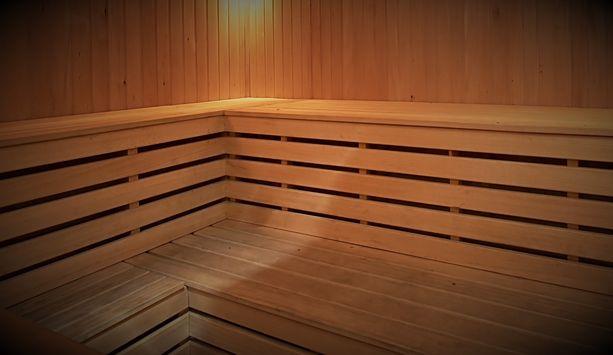 Mies ryhtyi kopeloimaan saunan lauteilla vieressään istunutta poikaa.