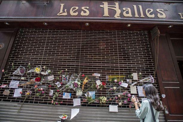 Anthony Bourdain aloitti uransa Les Hallesissa. Kuolinuutisen jälkeen ravintolan edusta täyttyi kukista ja kirjeistä.