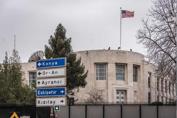 """USA:n Turkin-suurlähetystö oli viime maaliskuussa """"turvallisuusuhan"""" takia kaksi päivää suljettuna. Turkin poliisin mukaan epäillyt Isis-terroristit suunnittelivat tuolloin sinne iskua."""