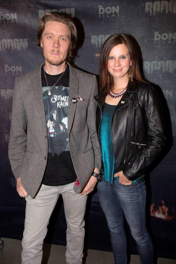 Tuukka ja Olga Temonen nauttivat Bodom-leffasta, vaikka mielessä pyörii kohta ensi-iltaan tuleva Apulanta-elokuva.