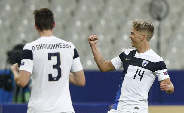 Onni Valakari tuuletti osumaansa Ranskaa vastaan debyyttimaaottelussaan.