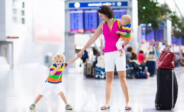Kirkkaisiin väreihin puettu lapsi on helpompi havaita lentokentän ihmisvilinässä, mikäli hän joutuu erilleen vanhemmistaan.