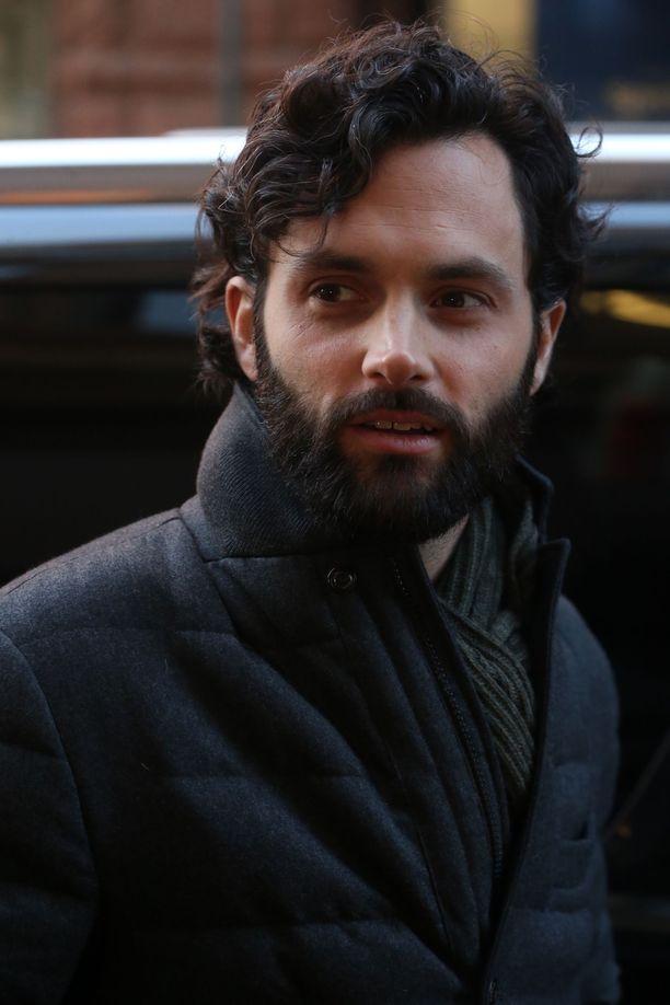Penn Badgley esittää pääosaa You-sarjassa. Roolihahmossa on paljon yhteneväisyyksiä Badgleyn aiemmin esittämään Gossip Girl -hahmoon.