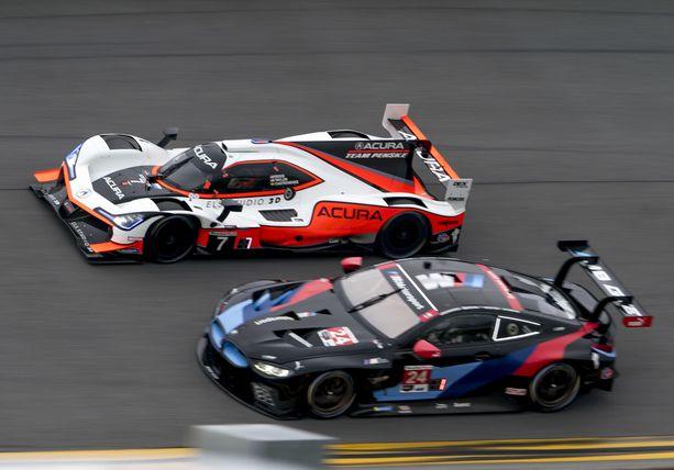 Jesse Krohn (alla) toi voittoisan BMW:n ruutulipulle.