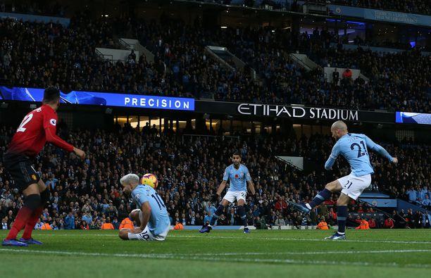 David Silva sivaltaa Manchester Cityn 1-0-johtoon.