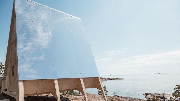 Harjakaton toinen puoli on päällystetty heijastavalla materiaalilla, sillä se estää mökin kuumenemisen aurinkoisina kesäpäivinä.