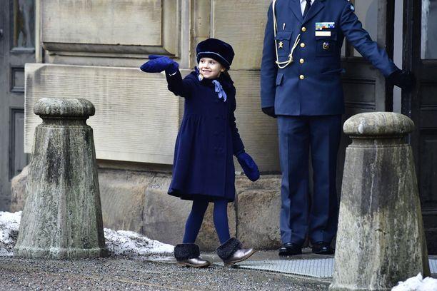 Prinsessa vilkutteli kansalle kunnon kuninkaallisen elkein.