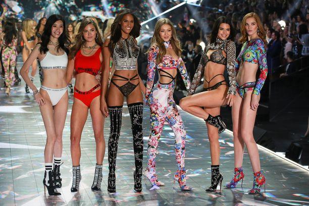 Ming Xi, Grace Elizabeth, Cindy Bruna, Gigi Hadid, Kendall Jenner ja Alexina Graham Victoria's Secretin näytöksessä vuonna 2018.