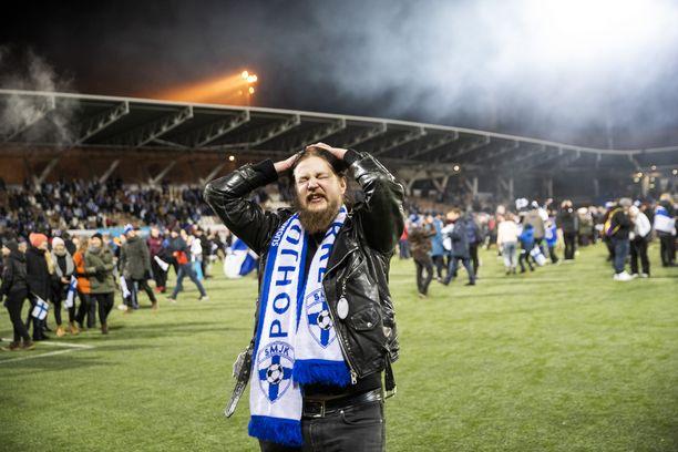 Suomen kannattajille perjantai 15. marraskuuta 2019 oli juhlapäivä. Tämä kaveri oli yksi tuhansista faneista, jotka rynnivät kentälle loppuvihellyksen jälkeen. Töölön stadionilla oli iloinen kaaos, jossa kyyneleetkin pyrkivät silmännurkkaan.