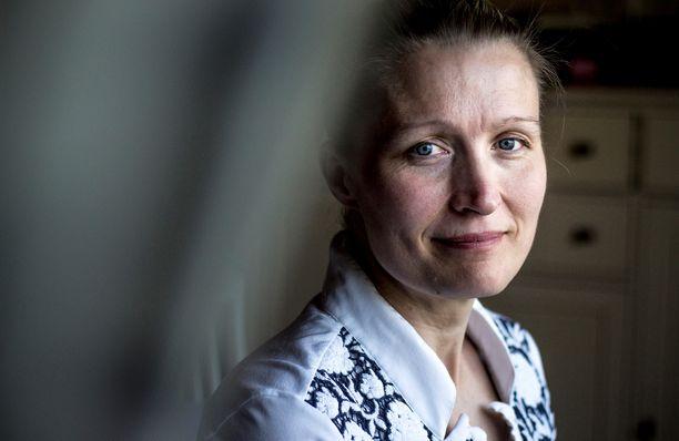 Infektiolääkäri Reetta Huttunen hoitaa muun muassa resistenttien bakteerien aiheuttamia sairauksia ja seuraa työssään antibioottien kulutusta.