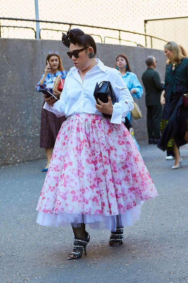 Jos rakastat röyhelöitä, pukeudu niihin! Kun prinsessahameeseen yhdistää valkoisen kauluspaidan, asu sopii vaikka toimistolle.