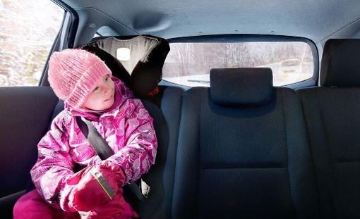 Lapsen kannattaa matkustaa takana, sillä etupenkin turvatyynyt on pääsääntöisesti suunniteltu suojaamaan aikuisen mittaista matkustajaa.