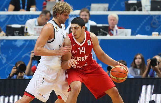 Enes Kanter (oik.) on tuttu kasvo NBA:n lisäksi Turkin maajoukkueesta.