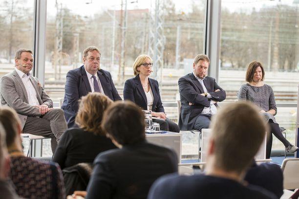Kauppalehden kuntavaalipaneelissa Alma-talossa keskustelivat pormestariehdokkaat Jan Vaapaavuori (kok), Mika Raatikainen (ps), Tuula Haatainen (sd), Paavo Arhinmäki (vas) ja Anni Sinnemäki (vihr).