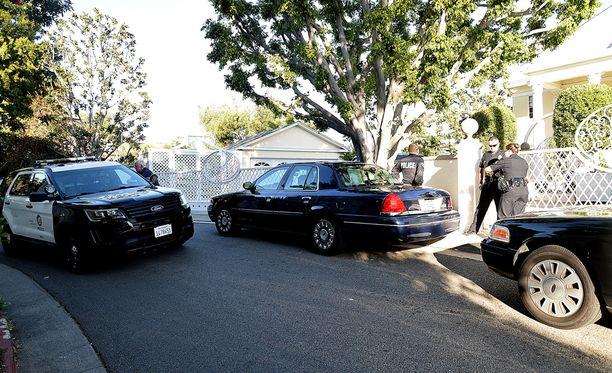 Simmons saapui sairaalasta kotiinsa poliisisaattueen turvaamana.