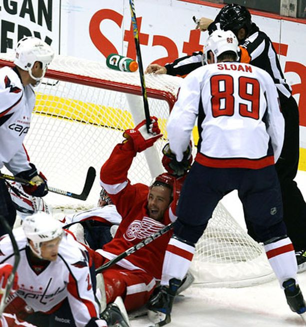 Detroitin Ville Leinohan se siellä maalia juhlii Washington Capitals pelaajien keskellä.