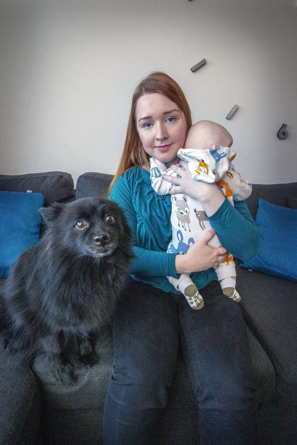 Julia asuu Oulussa Lumi-tytön ja Milli-koiran kanssa.