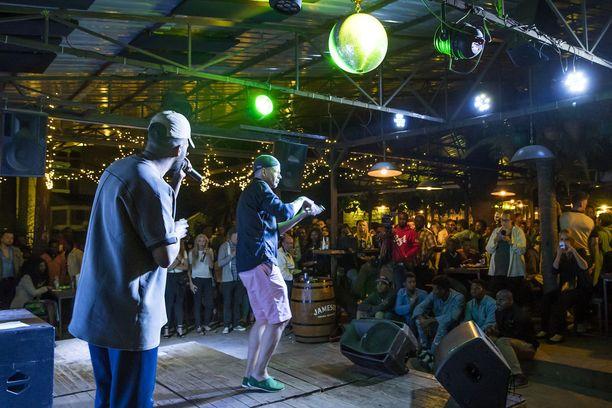 Signmark ja ruotsalainen rap-artisti Adam Tensta esiintyivät yhteiskeikalla Korogochon slummissa.