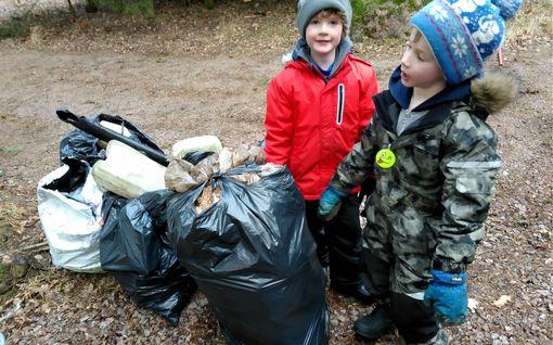 Aikuiset, ottakaa tästä mallia! 7-vuotiaat Aaron ja Troy keräsivät  neljä jätesäkillistä muoviroskaa Porvoossa