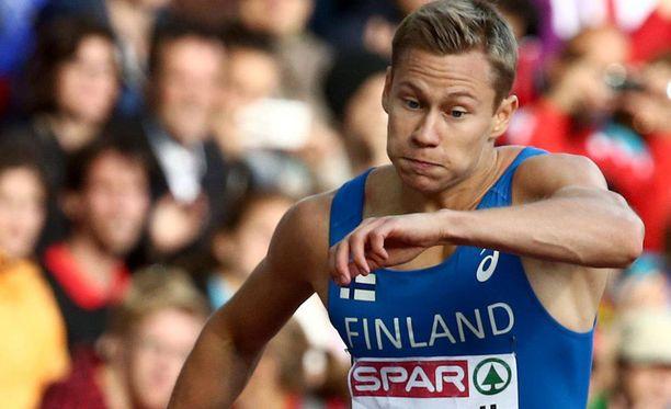 Oskari Mörö paineli 400 metrin aitajuoksun välieriin.