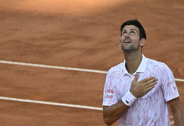 Novak Djokovic taistelee Italian avointen voitosta.