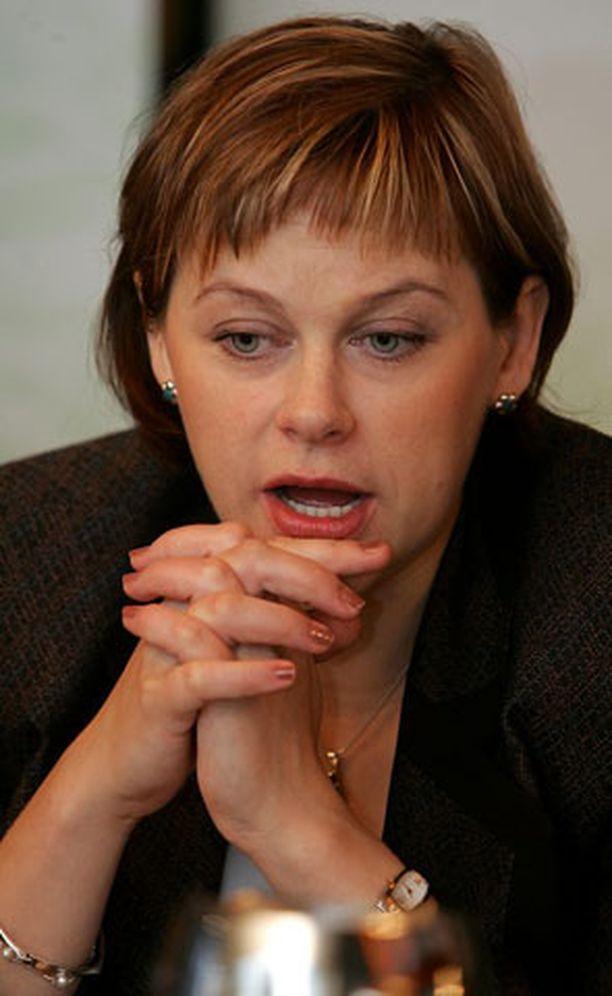 Vastikään äidiksi tullut Paula Lehtomäki muuttaa rauhallisempaan ympäristöön.