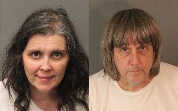 Louise ja David Turpin sunnuntaina otetuissa pidätyskuvissa.