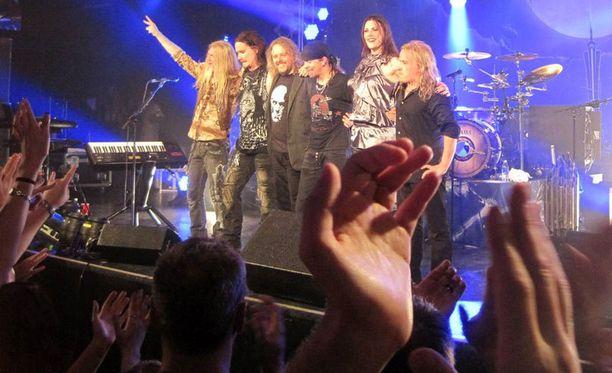 Bändi otti leveästi hymyillen vastaan yleisön suosionosoitukset Seattlessa Yhdysvalloissa.