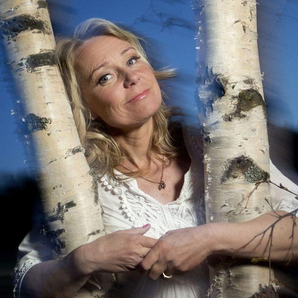 Sari Tamminen kummastelee, miksi tanssimusiikkiohjelmia ei kelpuuteta takaisin televisioon, vaikka niin moni muu takavuosien suosikkiohjelma on tehnyt tai tekemässä paluun televisioon.