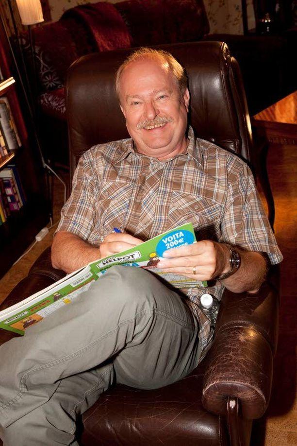 Salkkareiden suursuosikki, Seppo Taalasmaata esittävä Jarmo Koski, naureskeli oppivansa vuorosanat nykyään yhdessä hujauksessa. – Sarjan alkuaikoina niitä joutui pänttäämään ihan tosissaan.