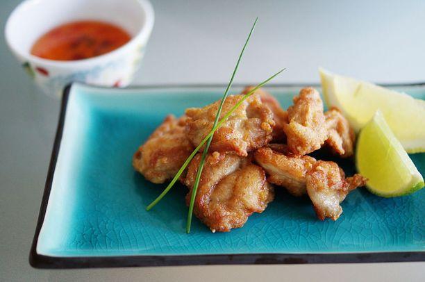 Lihan voi tarjoilla kuvan mukaisesti makean chilikastikkeen ja limesiivusta puristettavan mehun kanssa.
