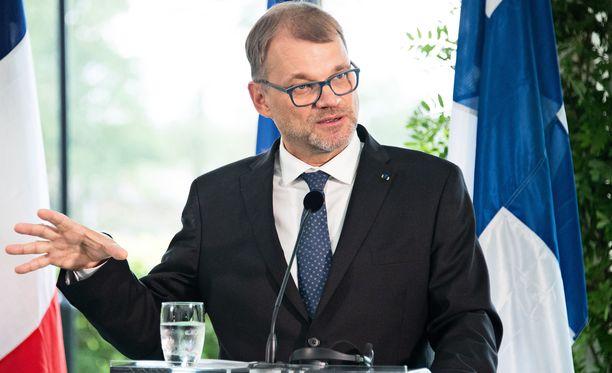 Pääministeri Juha Sipilä korostaa, että suomalaisten on muutettava kulutustottumuksiaan vähemmän hiilijalanjälkeä tuottavaksi.