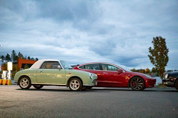 Kivijärven perheessä harrastetaan vanhoja polttomoottoriautoja, mutta arjen ajopeli kulkee sähköllä. Kuvassa Nissan Figaro ja Tesla Model 3 Performance.