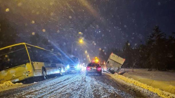 Edellinen lumikaaos on aiheuttanut onnettomuuksia ja hankaluuksia myös liikenteessä.