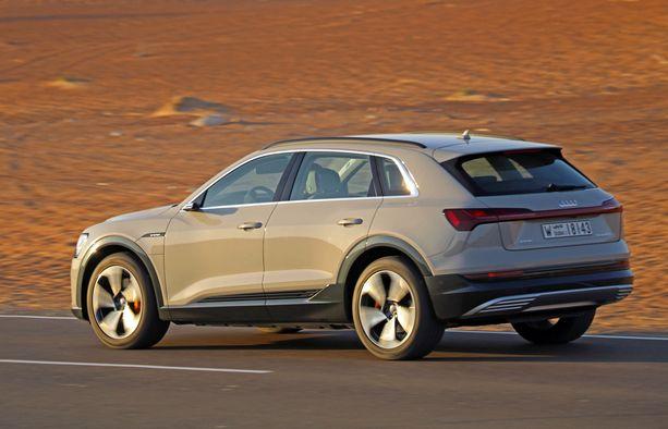 E-tron käyttää samaa, mutta muunneltua, perusrakennetta kuin Audi Q5. E-tron on kuitenkin liki 24 senttiä pidempi.