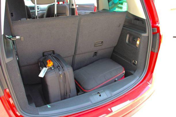 Jos jokainen seitsemästä istuimesta on käytössä, pitää tyytyä pieneen tavaratilaan.