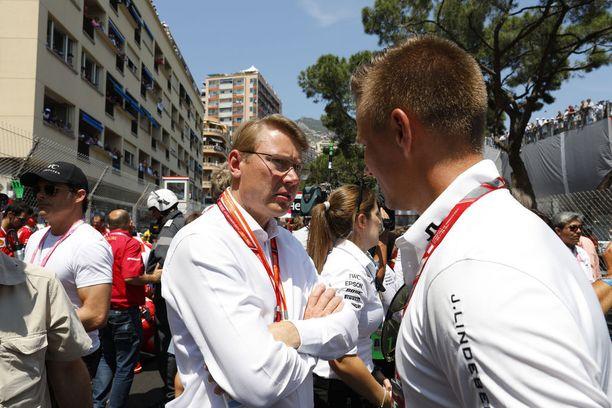 Mika Häkkinen vetäytyi formula ykkösistä 33-vuotiaana vuoden 2001 päätteeksi. Kaksinkertainen maailmanmestari halusi elää James Huntin oppien mukaan ja nauttia myös muista asioista elämässään.