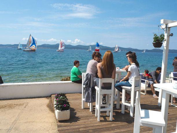 Rivan varrelta löytyy runsaasti rantaravintoloita ja kahviloita.