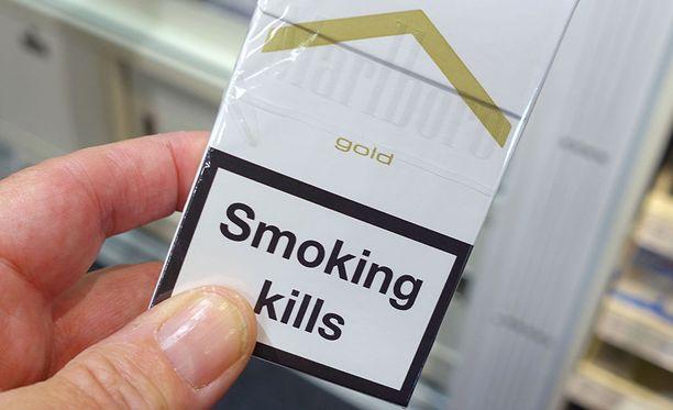 Yhdysvalloissa suuret tupakkayhtiöt joutuvat julkaisemaan ilmoituksia tupakoinnin vaarallisuudesta suurkaupunkien sanomalehdissä, televisiokanavilla ja savukepakkauksissa. Kuvituskuva.